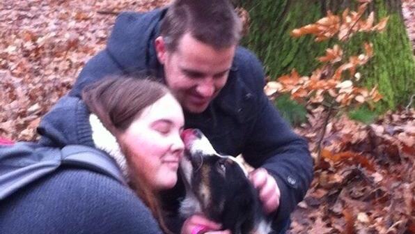 """Een week lang heeft ze dag en nacht gezocht naar haar hond 'Becky', Hanneke Rijkaert uit Hengelo. Afgelopen maandag raakte ze de hond kwijt, nadat het dier aangereden werd. Na dagenlang bivakkeren in het bos, tientallen zoekacties,<a href=""""https://www.facebook.com/groups/331916950328811/"""">oproepen,</a> werd Hanneke vandaag weer herenigd met haar hond."""
