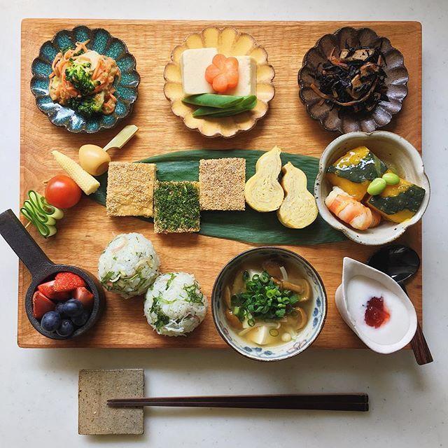 Today's breakfast. おはようございます ひでこちゃん @hidemom12 が作ってた のしどりを真似っこした朝 今日は真夏の暑さだとか 火曜日がんばっていきましょ☺︎ * にんじんとブロッコリーの胡麻和え 高野豆腐 ひじき煮 うずらの卵とベビーコーンのピクルスピンチョス のしどり 瓢玉子 かぼちゃと海老の炊き合わせ しらす 大葉 茗荷むすび えのき なめこ 豆腐の味噌汁 ブルーベリー ヨーグルト