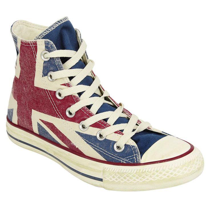 """Conversen """"Union Jack"""" -tennarit, joissa on Ison-Britannian lippu ja jotka näyttävät käytetyiltä. Päällinen 100% puuvillaa, kumipohja."""