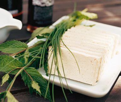 Denna grillade sallad som du gör på bland annat aubergine, zucchini och tofu blir kanske din nya favorit i sommar. Tofusalladen får en fräsch smak av färsk mynta och salladen toppas med en syrlig dressing på citron och soja.