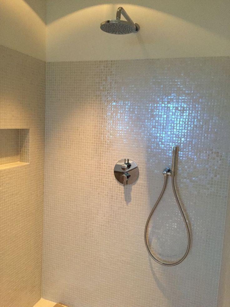 25 beste idee n over betegelde badkamers op pinterest badkameridee n badkamers en kleine - Herbergt s werelds gordijnen ...