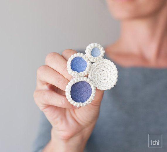 Broche de círculos de ganchillo con fieltro de colores. por idniama