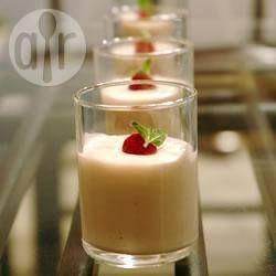 Feestelijke witte chocolademousse / * 250 gr witte chocolade  * 200 gr Griekse yoghurt  * 250 ml slagroom  * 1 eetlepel witte rum  * chocoladekrullen of cacaopoeder ter garnering