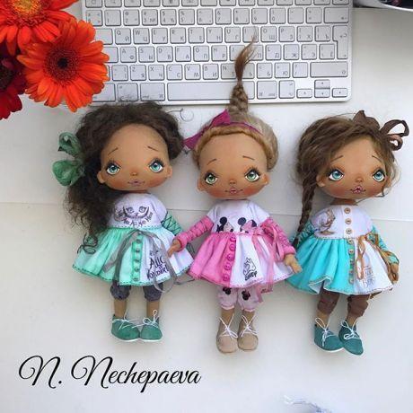 Вот они - последние куклы этого месяца  и последнее фото на сегодня !  ‼️Когда и как можно будет купить:  Кукла в розовом платье - завтра (13.07) в 10:00 по Москве опубликую новую фотографию, под которой нужно будет оставить комментарий о желании купить. Заявки будут приниматься до 11:00. Раздаю номера, если желающих будет несколько. Пол часа всем на проверку номеров. И генератор нам поможет выбрать дом. Всё, как обычно. Под фотографией я всё напишу.  Ку...