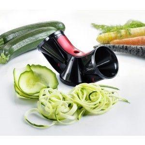 Spiraalsnijder Triolo € 19,95 Deze spiraalsnijder 'Triolo' snijdt groenten en fruit eenvoudig en snel in verschillende vormen: groentespaghetti, -spiralen en -schijven; en fijne en grove Julienne strips. Ideaal voor lange groenten zoals wortelen, komkommers, courgettes en meer. De snijder heeft 3 verschillende snijbladen en neemt weinig ruimte dus past makkelijk in bijv. de keukenlade. Een handige restenhouder is inclusief.