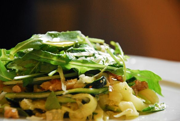 Ensalada de calabacines marinados, nueces y rúcula