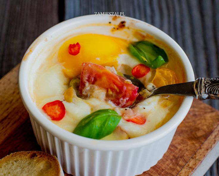 Baked eggs with tomatoe, basil and chili