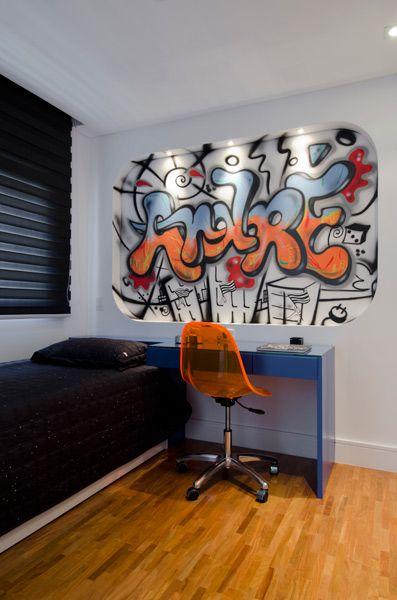 O cliente solicitou a arquiteta Érica Salguero um quarto com toque inovador. Esse toque foi dado através da utilização de um grafite com nome do morador.
