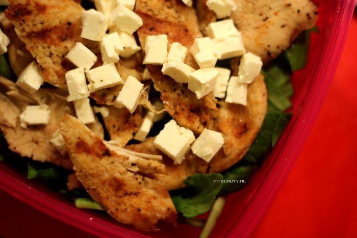 Lunchbox inspiratie | Spinazie, gegrilde kip (zie artikel), Feta kaas, dressing: citroen, honing, olijfolie, water en italiaanse kruiden.