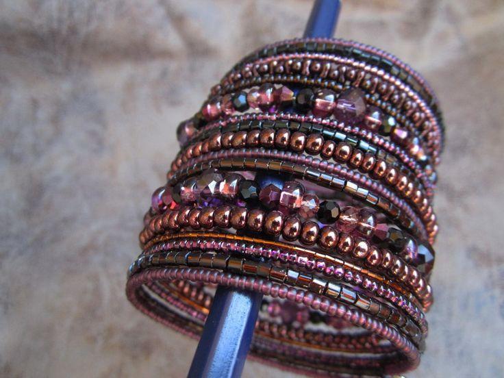 Фиолетовый, коричневый и черный браслет
