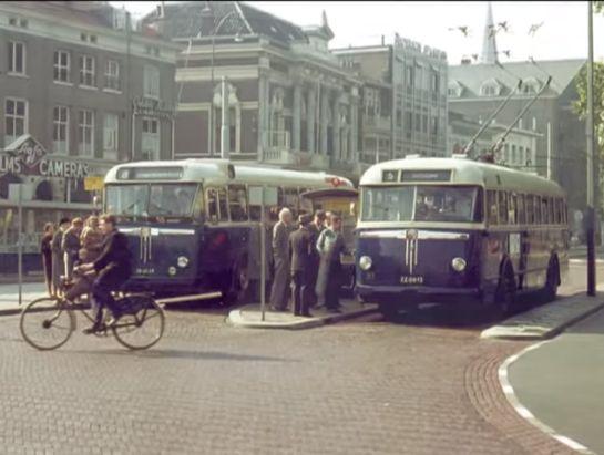Het Willemsplein in Arnhem in 1961 met 2 trolleybussen