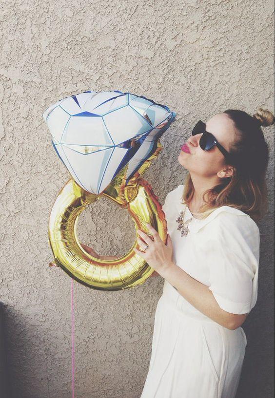 pretty cool engagement party decoration - engagement ring ballon #verlobung #ring #ballon