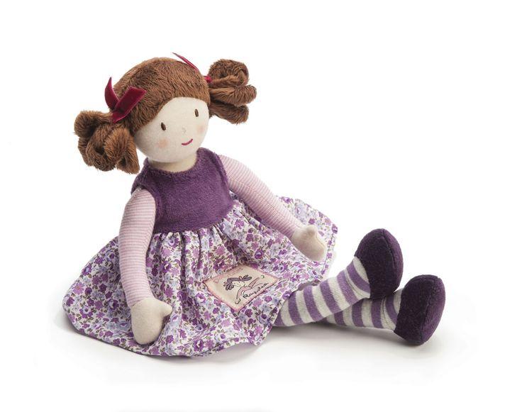 Tilly indossaun bellissimo vestitoviola dalla stampa floreale. Il suo look si completa con collant a righe e scarpe in morbido velluto. Misura 35 cm dalla testa ai piedi, e si presentainsieme a…