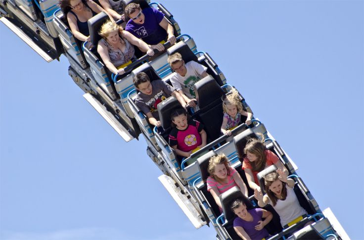 Passeio na montanha russa.  https://newd7000user.wordpress.com/2012/06/21/week-23-of-52-theme-blue-our-annual-lagoon-amusement-park-trip/