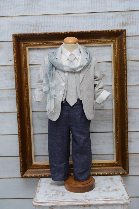 Κουστουμάκι βαπτιστικό για αγοράκι Ελληνικής ραφής . One size κατάλληλο για ηλικία μέχρι 1,5 έτους.  Η τιμή περιλαμβάνει   πουκάμισο πατελονάκι γιλέκο γραβάτα κασκόλ της φωτογραφίας
