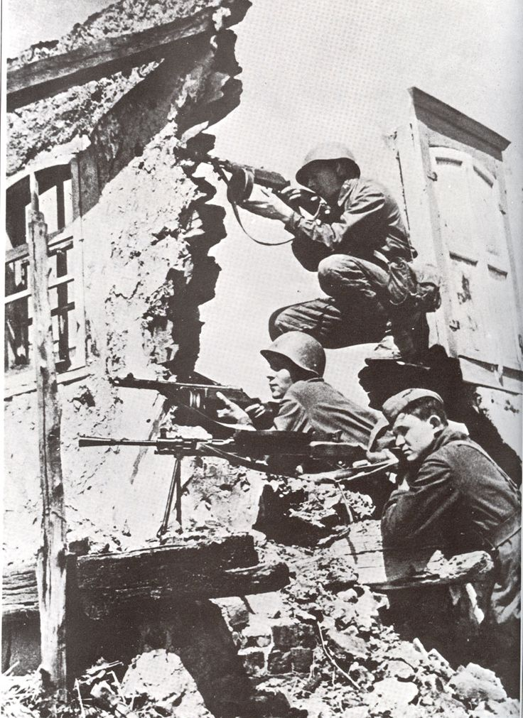 Russian sub-machine gunners with PPSh protect the squad machine gunner as he operates his DP machine gun. (ww2total. 1945)