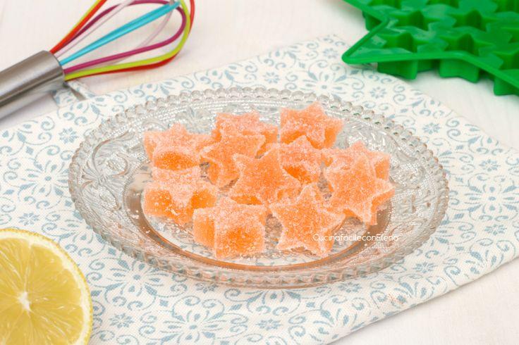Chi non adora le caramelle gommose alla frutta? Non esiste età per gustare queste deliziose caramelline e oggi vi insegno la ricetta per prepararle in casa!
