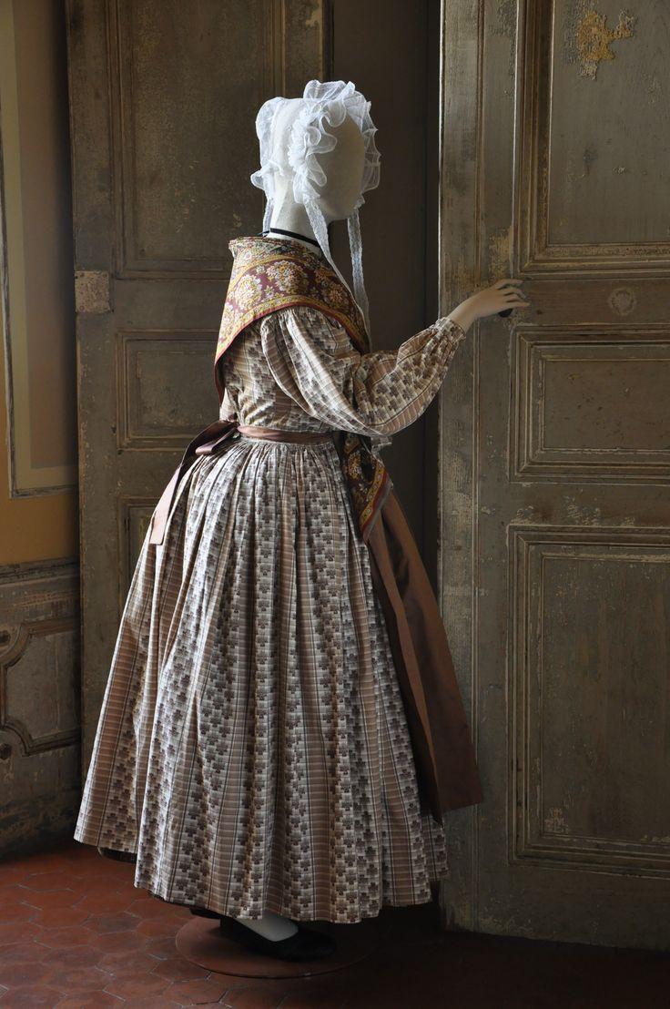 Artisane provençale en robe, époque 1850. FRAGONARD PARFUMEUR