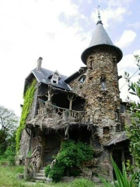 Abandoned Castle in France La Maison de Sorciere, Collonges-la-Rouge, It would take some work to bring this back to it's former glory.