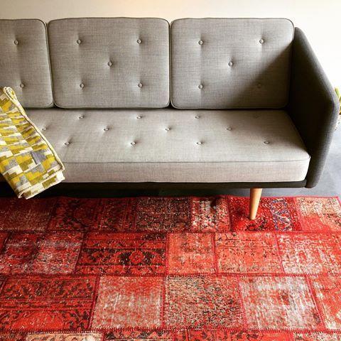 フレデリシア社(デンマーク)により復刻したモーエンセンデザインの「NO.1ソファ」とパッチワークカーペットの組合せがイチオシ です。ヨーロッパ人デザイナーのアイデアによりトルコの伝統的な絨毯をモダナイズドし蘇らせているところが魅力です。  #北欧デザイン #北欧住宅 #注文住宅 #新築計画  #高断熱高気密 #漆喰 #自然素材 #マイホーム#木窓 #myhome  #木製サッシ #マイホーム計画  #広島注文住宅  #塗り壁  #こころ住宅展示場  #広島新築 #住宅会社 #暖かい家 #セントラルシティこころ #広島住宅会社 #ラグ #トライバルラグ #アラネック #手織り #草木染め #パッチワークキリム #パッチワークラグ