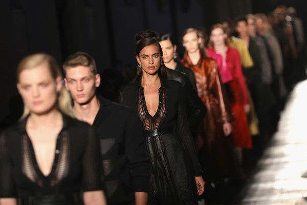 Irina Shayk Photos Photos - Model Irina Shayk walks the runway at the Bottega Veneta show during Milan Fashion Week Spring/Summer 2017 on September 24, 2016 in Milan, Italy. - Bottega Veneta - Runway - Milan Fashion Week SS17
