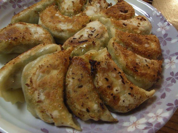 本場中国直伝・中国人の友達から、教えて貰いました。このレシピで作る様になってから今一つだった餃子が得意料理になりました☆ コツは、野菜の水を絞らない事!!(以外ですよね)本当にジューシーです♪