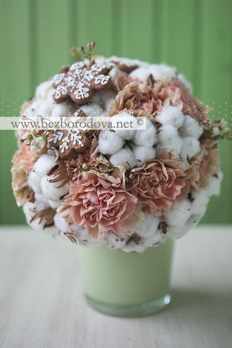 Зимний букет невесты из хлопка и гвоздики