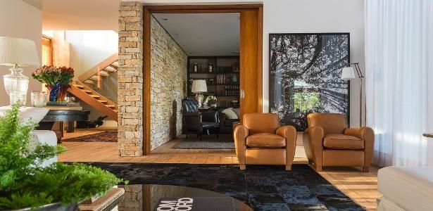 Com 850 m² e piscina, casa de campo tem decoração rústica e luxuosa