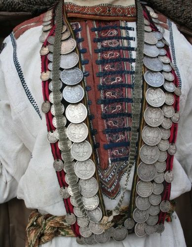 Ама - основное женское украшение верховых чувашей (вирьял, тури). 19 в. Тяжелая нагрудная подвеска с серебрянными монетами 1 руб, 50 коп. Нашивается на полосы (кожаные или матерчатые), соединенные внизу какой-либо перемычкой. Поверх ама спускается ажурная цепочка чепчушка. Фото: Г.С. Самсонова.