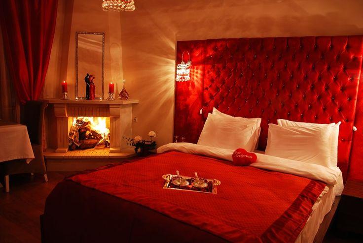 Romantizmin Adresi Yatak Odaları Romantizmin en çok uğradığı yerlerden biri yatak odalarımızdır. Genelde dekor edilirken tüm eşyaları buna göre düzenlemek yerine özel günlerde kullanılan birkaç küçük farklı objeyle bu ortam yaratılmaya çalışılır. Siz de özel bir günde yatak odanızda romantik bir ortam oluşturmak istiyorsanız size birkaç küçük fikir verebiliriz. Bu ortamı yakalamak için birçok farklı …
