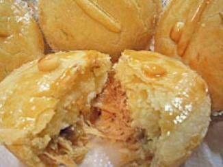 Empadinha de Pizza de Liquidificador: Para a Massa:  2 xícaras decháde farinha de trigo2 xícaras decháde leite1 xícara decháde óleo½ xícara decháde queijo ralado2 ovos1 colher desopade fermento em póMargarina e farinha para untar as forminhasSal a gosto  Para oRecheio:  2 tomates picados1 cebola picada1 colher desopade orégano½ xícara decháde azeitonas picadas200 gramasde mussarela150 gramas de peito de peruTemperos a gosto  modo de preparo  Para o Recheio:…