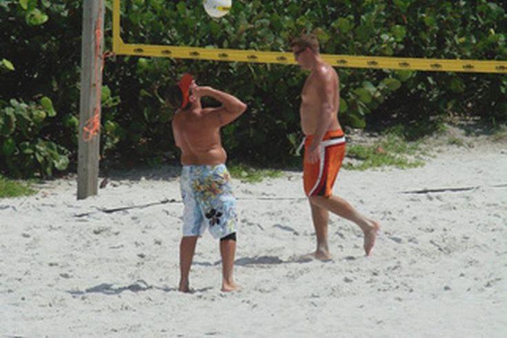 ¿Qué tamaño tiene una cancha de voleibol en pies?. La longitud de una cancha de voleibol depende, en gran medida, del número de jugadores que participan. Un partido de dobles, en el voleibol de playa, por ejemplo, requiere de una cancha más pequeña que un partido normal en el que participan seis ...