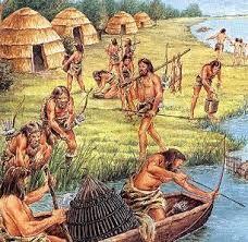 Hier zie je de Economie. De middelen van bestaan voor de jagers en verzamelaars zijn:  - Jagen - Verzamelen - Vissen. Hier zie je dat ze aan het vissen zijn.