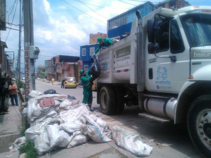14-03-14 Jornada de limpieza pinares tra.13bis.b este calle 47sur. Alcaldía Local, JAC y Aguas de Bogota.