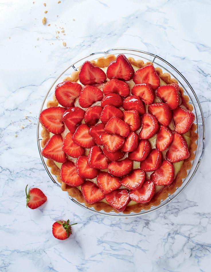 Recette Tarte aux fraises facile : Préparez la pâte sablée : battez le beurre puis ajoutez le sucre glace, la poudre d'amandes, l'œuf, la farine, le sel...