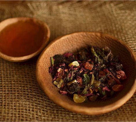 Тонкий фруктово-сладкий вкус и цветоный аромат порадуют и глаз, и вкус, и обоняние. Состав: Черный чай, лепестки розы, цукаты, стевия.