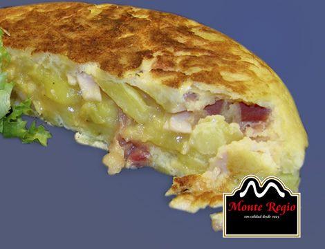 Tortilla de patata con queso y virutas de jamón ibérico #MonteRegio ¡que viva la dieta mediterránea!