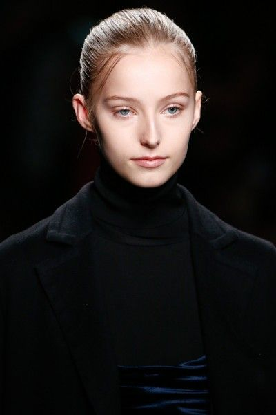 Stella von Senger shows how best to style your babyhairs: a bit of hairoil and some hairwax et voilà, a fabulous look | ©Valentino