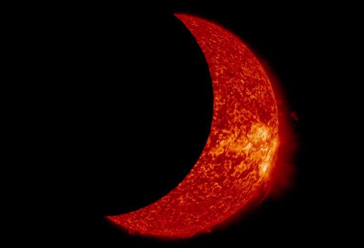 Vad händer egentligen under en solförmörkelse? Och varför är en total solförmörkelse så sällsynt? Den här videon ger dig svar.