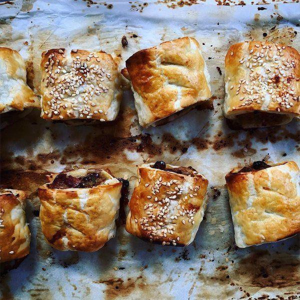 Deze bite-size saucijzenbroodjes van Donal Skehan zijn supermakkelijk te maken en perfect als borrelhapje. In de video hierboven zie je hoe je ze maakt. Meng de honing en Dijon mosterd in een kommetje en zet even opzij. Meng het worstvlees, de kruiden, paneermeel, grove mosterd, cranberries, bacon en zout en peper in een kom. Verdeel het mengsel …