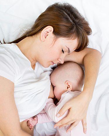 腕とわきの間に赤ちゃんを添え乳しながら、 添い寝 する。