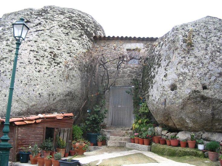 Дом между двумя валунами в Монсанто. Португалия. Фото