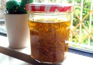 Macération de fleurs de calendula dans de l'huile