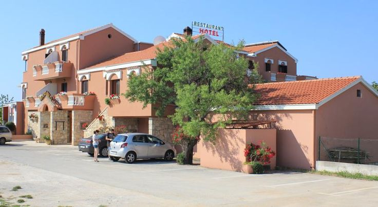 Hotel Marinko Zadar The attractive villa-style Hotel Marinko in the tourist complex Borik benefits from a perfect location only 200 meters from the picturesque Zadar beach and 100 meters from the marina.