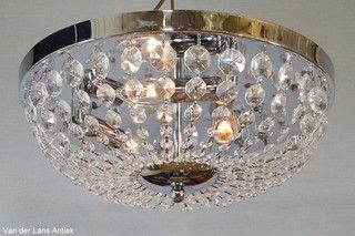 Plafonniere met kristallen 26189 bij Van der Lans Antiek. Meer kristallen lampen op www.lansantiek.com
