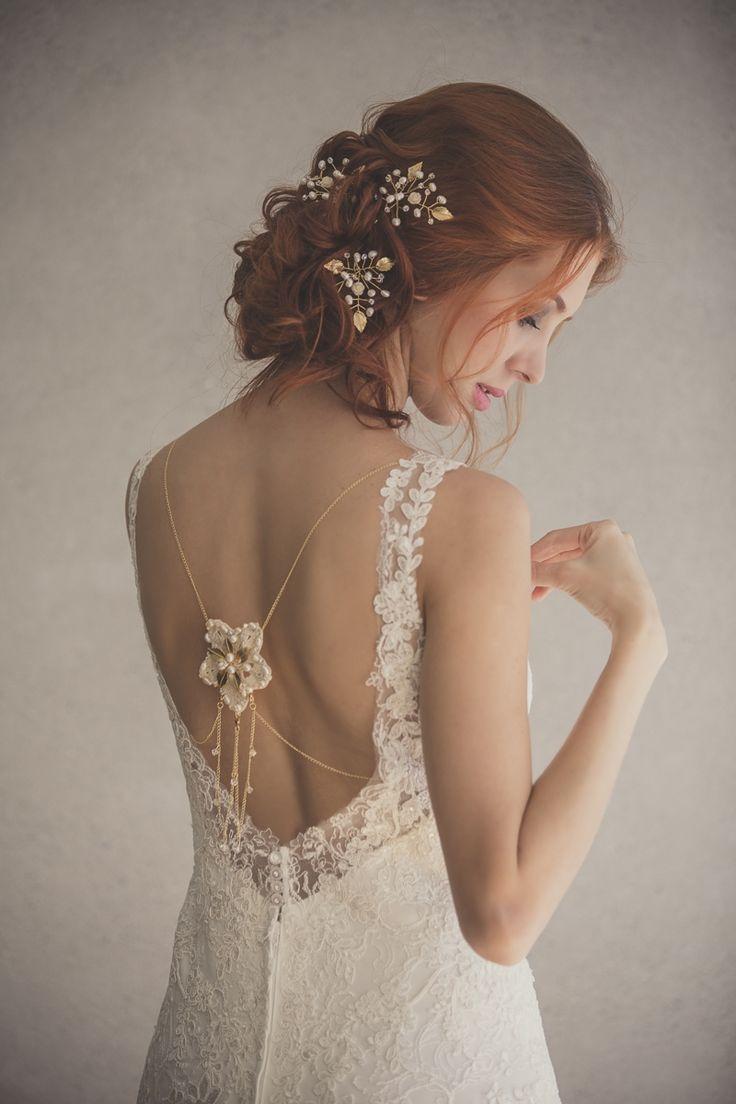 Horquillas en forma de rama con hojas metálicas, y ramificaciones en perlas y cristales. Accesorio para el cuerpo en cadenas con flores decoradas en el cuello y la espalda. Fotografía Valeria Duque