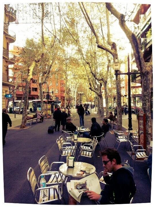 Genieten op n zaterdagochtend aan Rambla de Poble Nou, @Barcelona www.broodentomaat.com