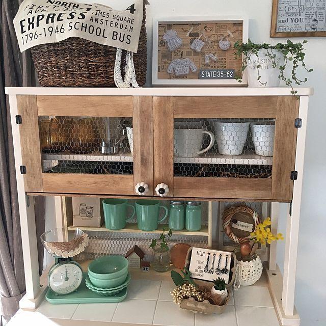 女性で、4LDKのダイソー/セリア新商品/だってそれが…/ホワイト化計画♪/DIY扉/ram_mamaちゃん♡…などについてのインテリア実例を紹介。「冷蔵庫の横にあった食器棚をリビングに持ってきました。昨日のファイヤーキング風をこっちにかざってまた模様替え٩(*>▽<*)۶」(この写真は 2016-02-20 14:04:24 に共有されました)