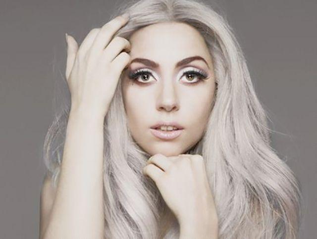 Non poteva mancare lei, la cantante più controversa del momento. La sua chioma grigio perla non passa certo inosservata. #LadyGaga #hairs #grey