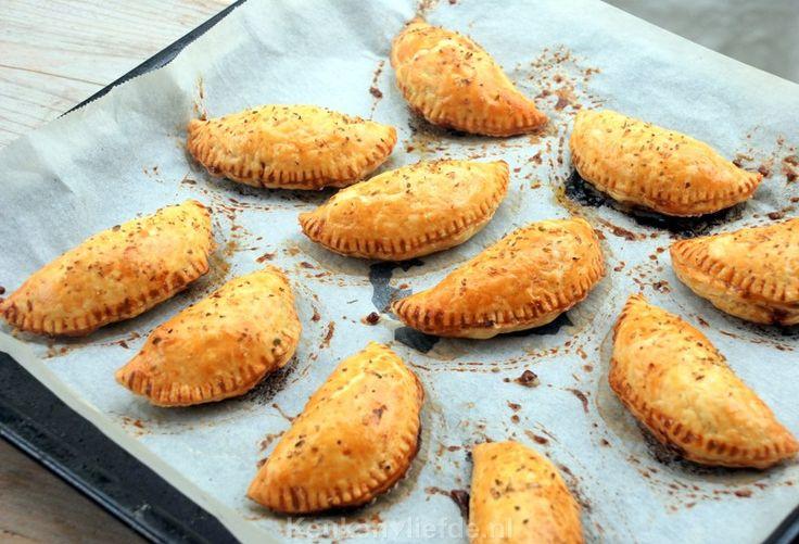 Spaanse empanada's zijn gefrituurde of gebakken bladerdeeg schelpjes met goed gekruid rundvlees gehakt in het midden.